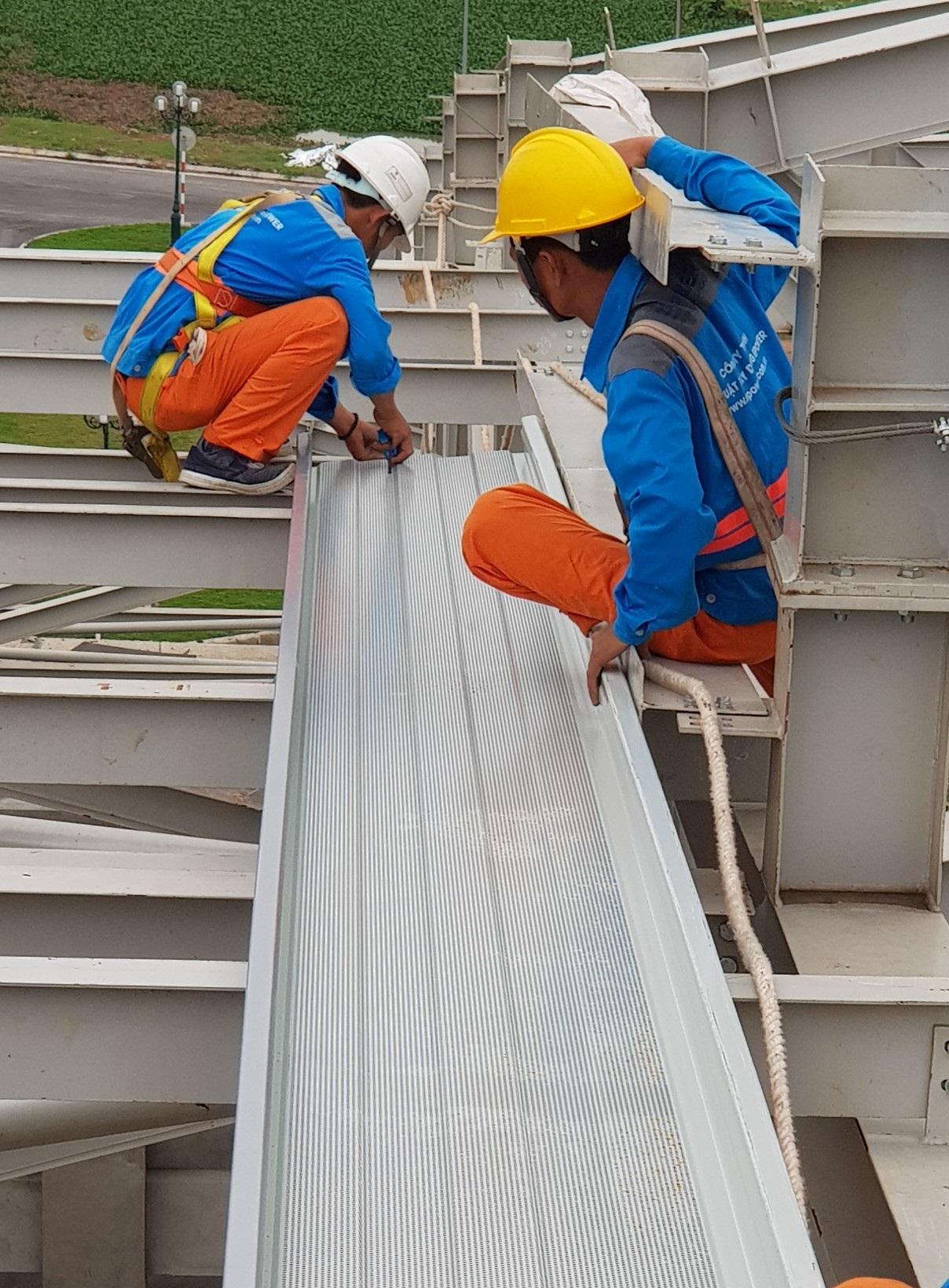 Lắp dựng tấm khay montawall đầu tiên cho dự án nhà thi đấu thể thao Tỉnh Bắc Giang